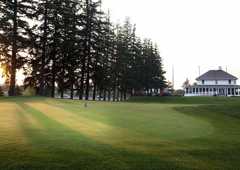 A view of a golf green with the Bathurst Glen Golf Club building in the background